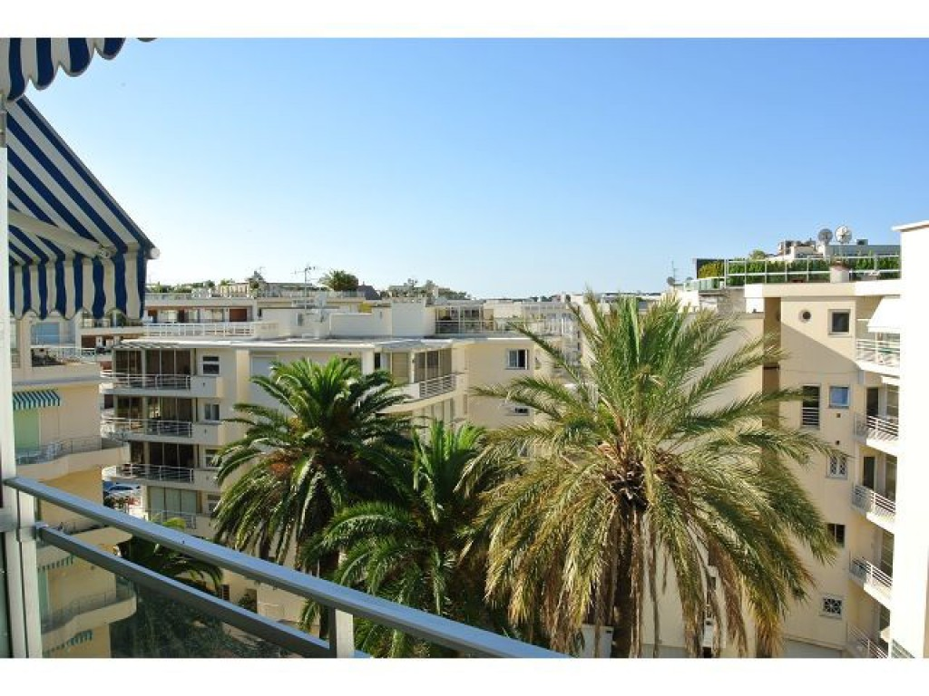 Location appartement cannes palm beach place de l 39 etang for Location garage cannes palm beach